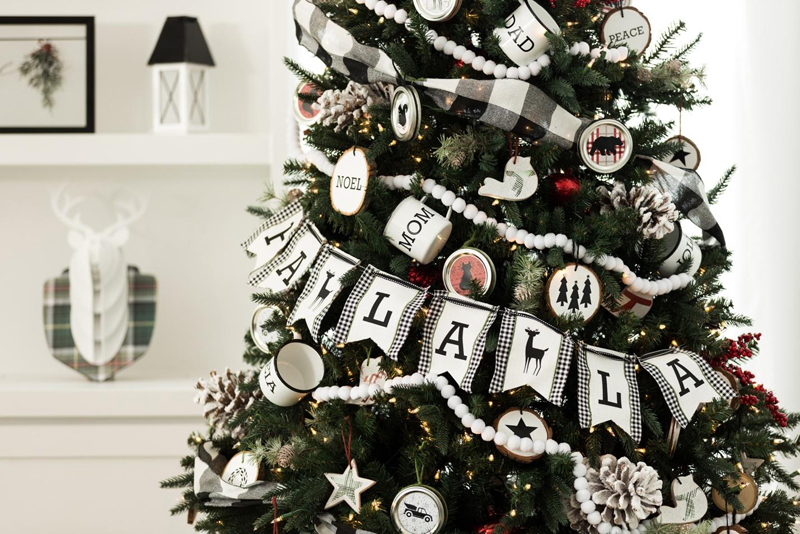 DIY Farmhouse Holiday Decor - Christmas tree banner