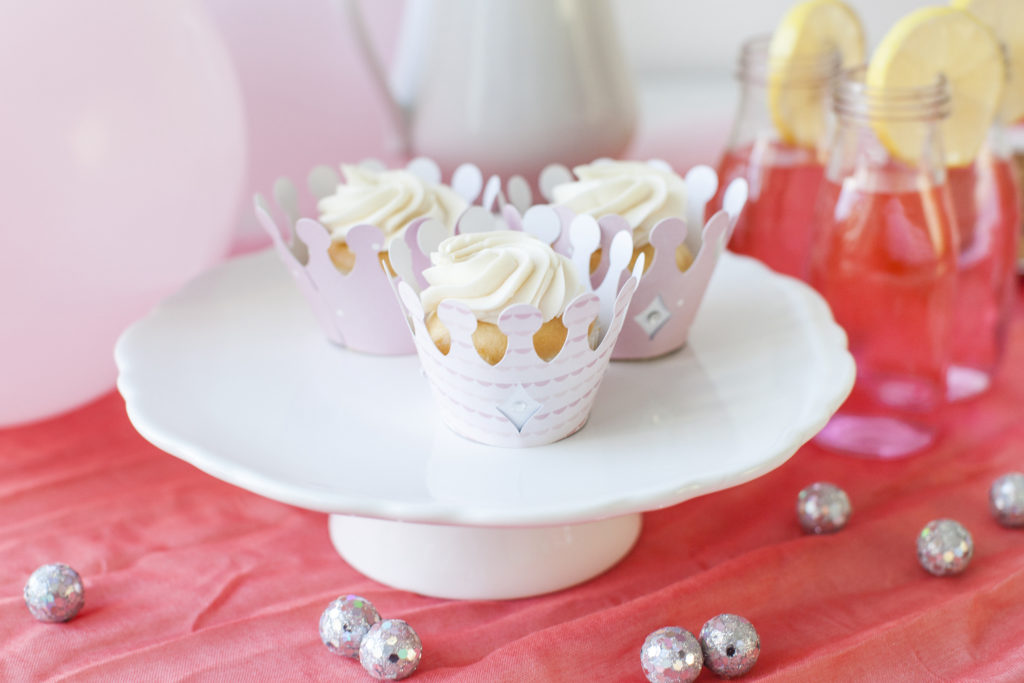 Cupcakes wrapped with crowns
